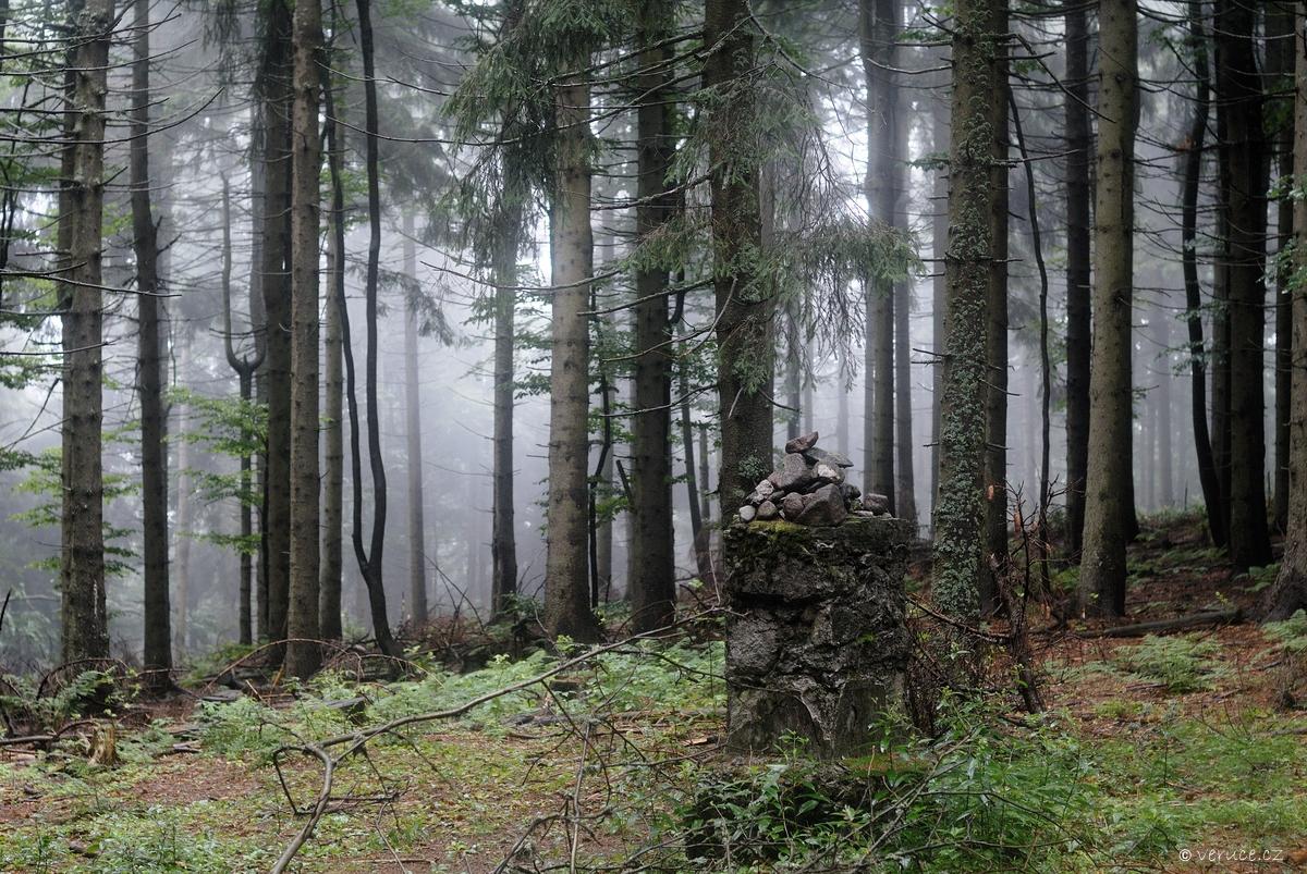 Pomník nedaleko Velestúru (Kremnické vrchy)